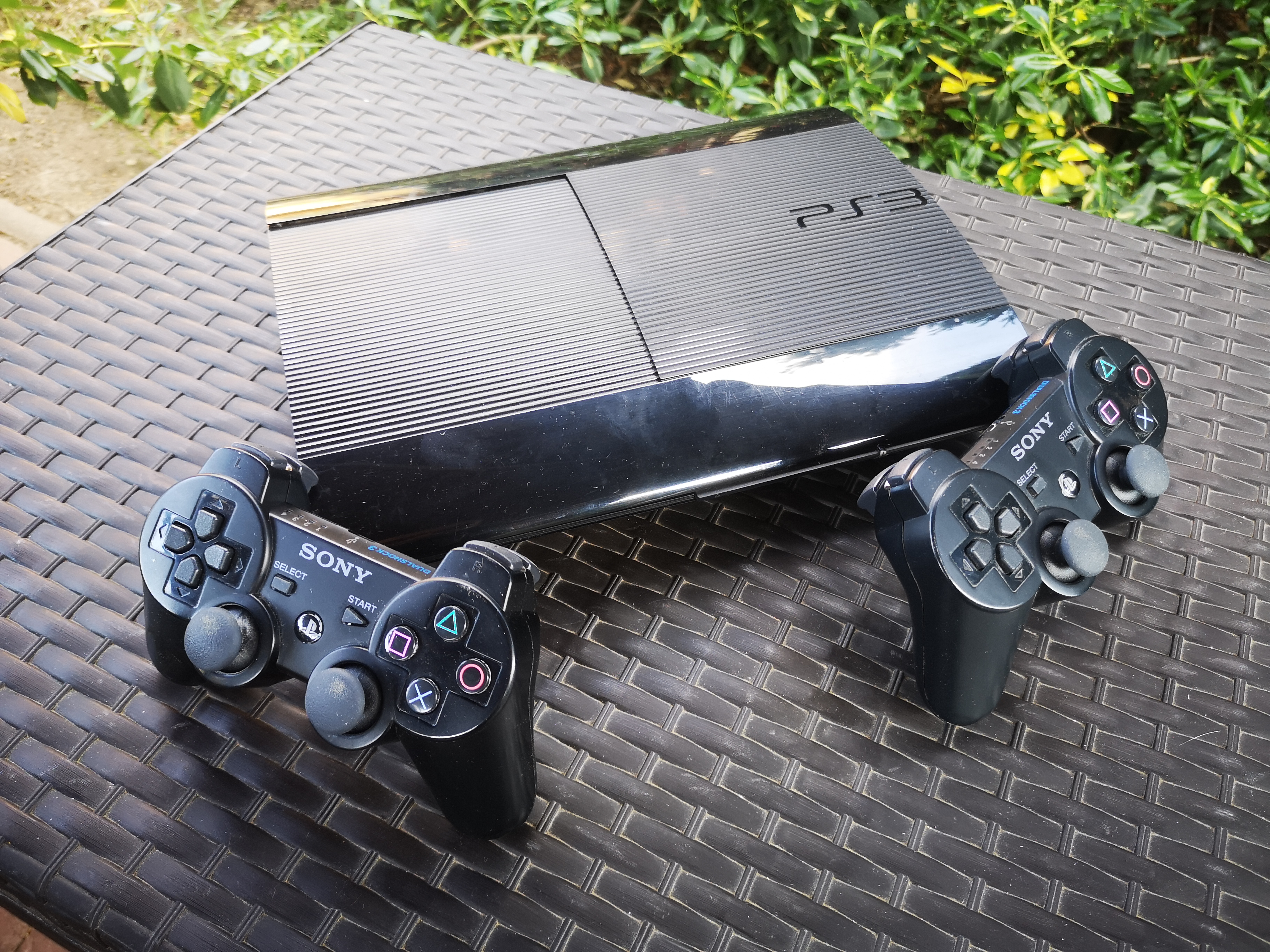 PS3 SuperSlim 500 GB + 2 db eredeti DS3 Sony kontroller